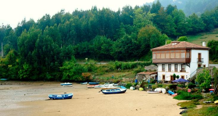 Casa con barcas en la Ría de Tazones
