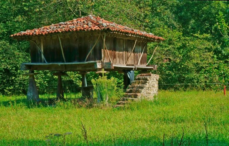 Típico hórreo asturiano en El Mazuco