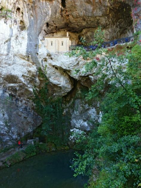 Cueva con lago