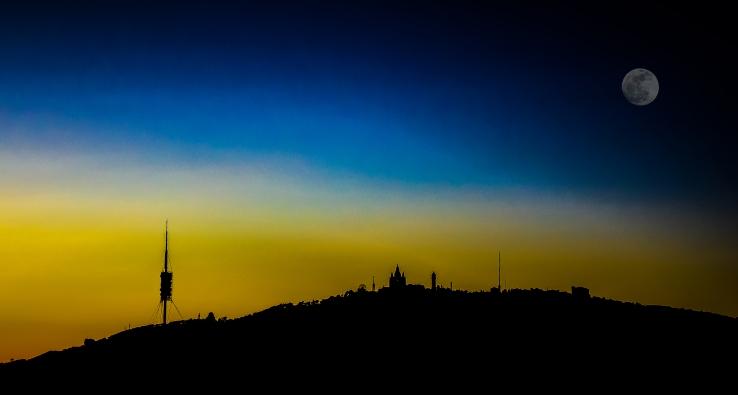 Perfil Tibidabo con Luna