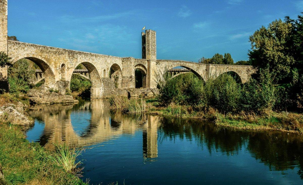 · Capital del antiguo condado de Besalú