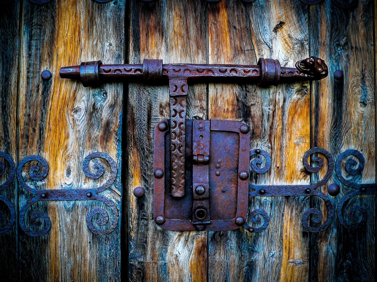 · Busco cerrajero para abrir puerta siglo XIII, he perdido las llaves!