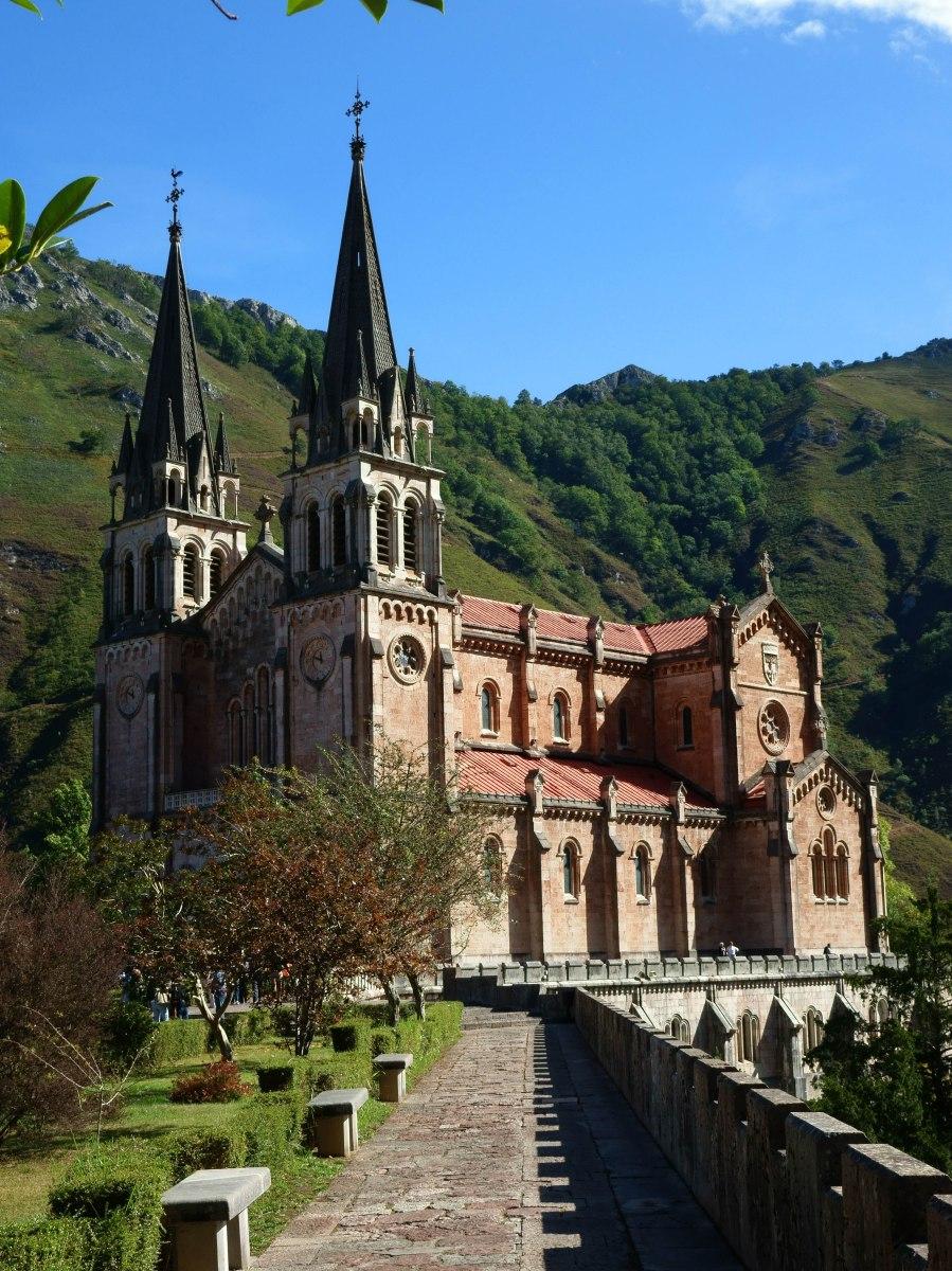 Cangas de Onis, Covadonga y sus lagos