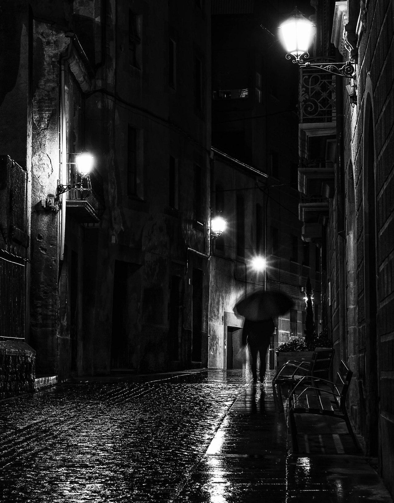 Vic, reflejos y sombras empapados de finalluvia