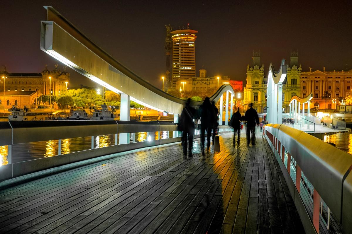 Paseo nocturno por el antiguo puerto de Barcelona