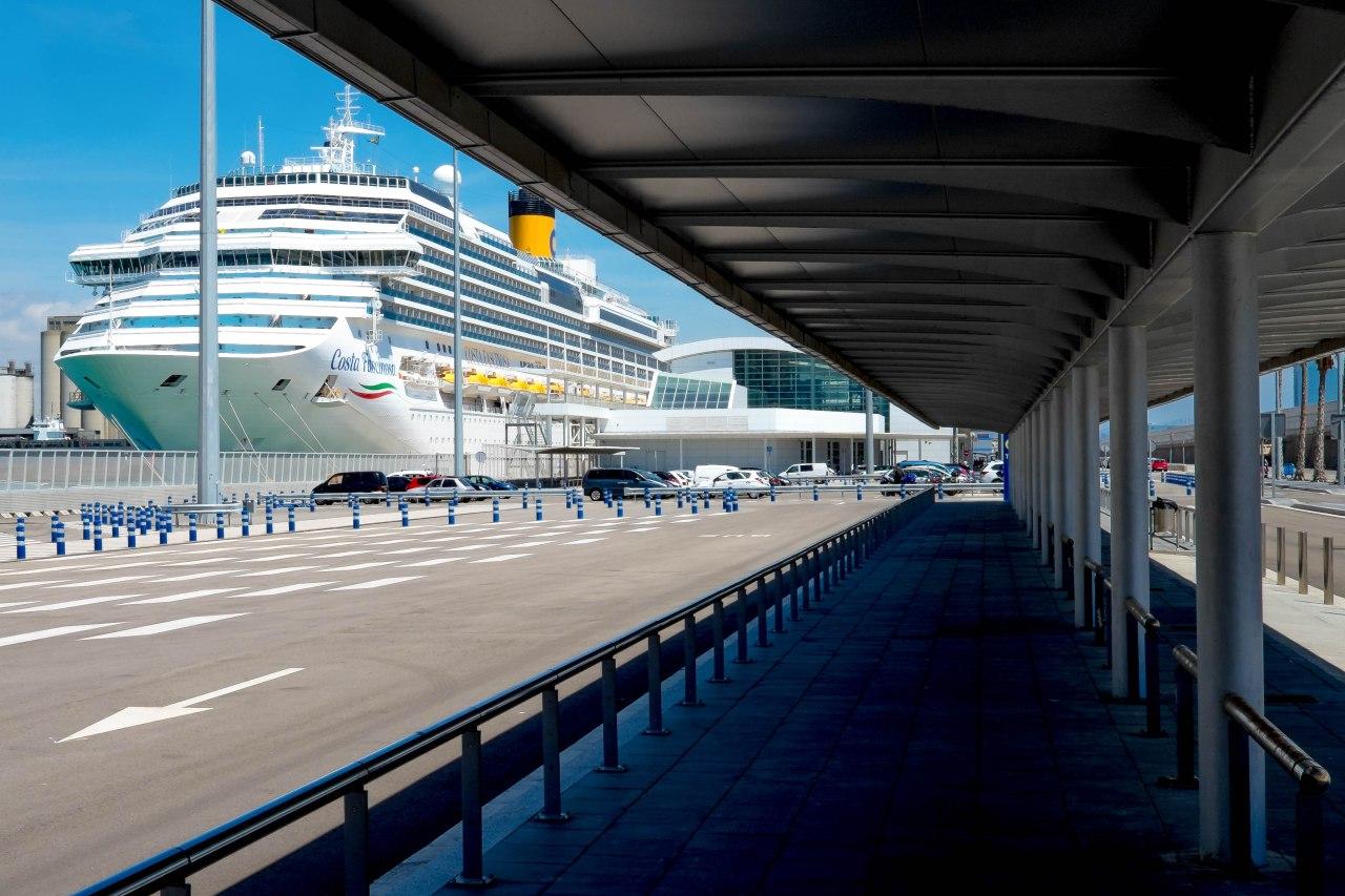 Barcelona, Puerta de Europa y Central deCruceros