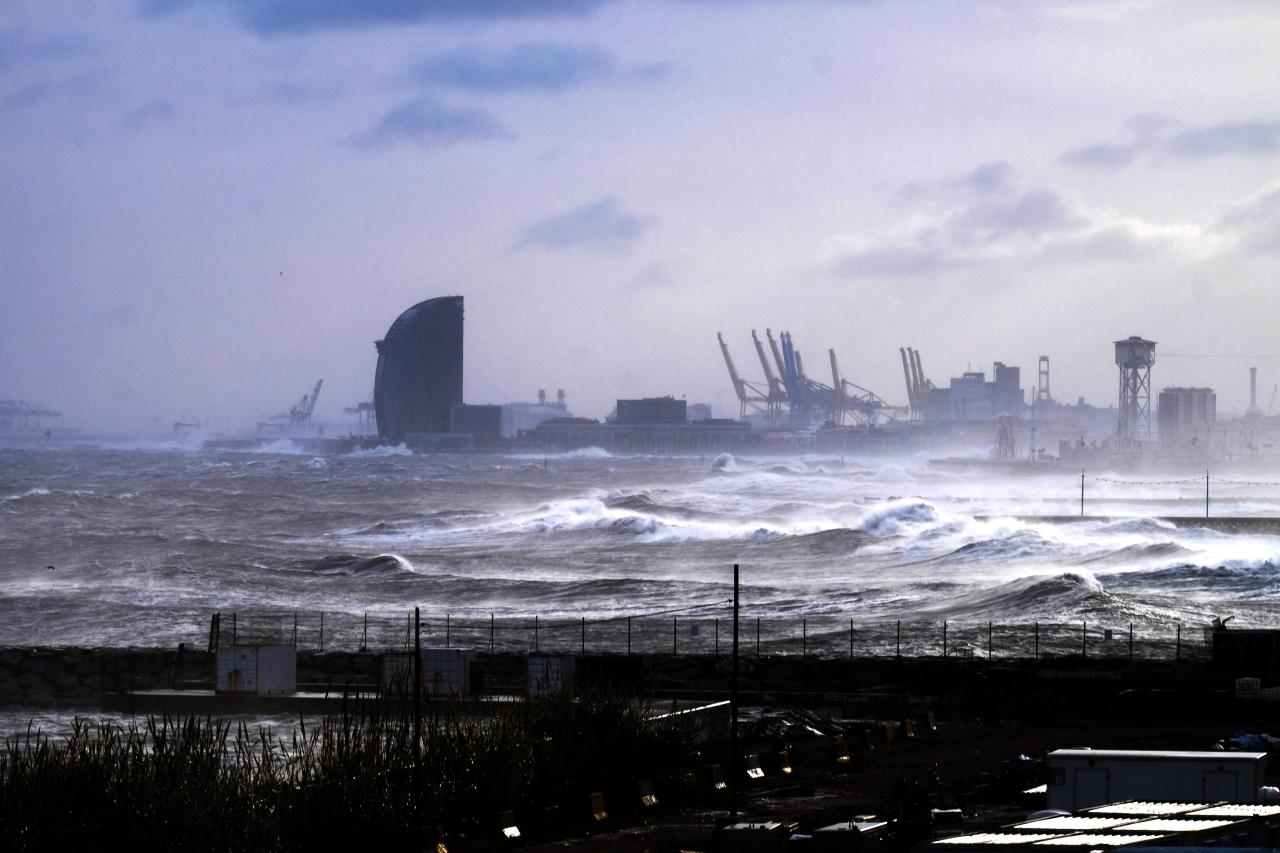 La borrasca Gloria deja imágenes inéditas en el litoral deBarcelona