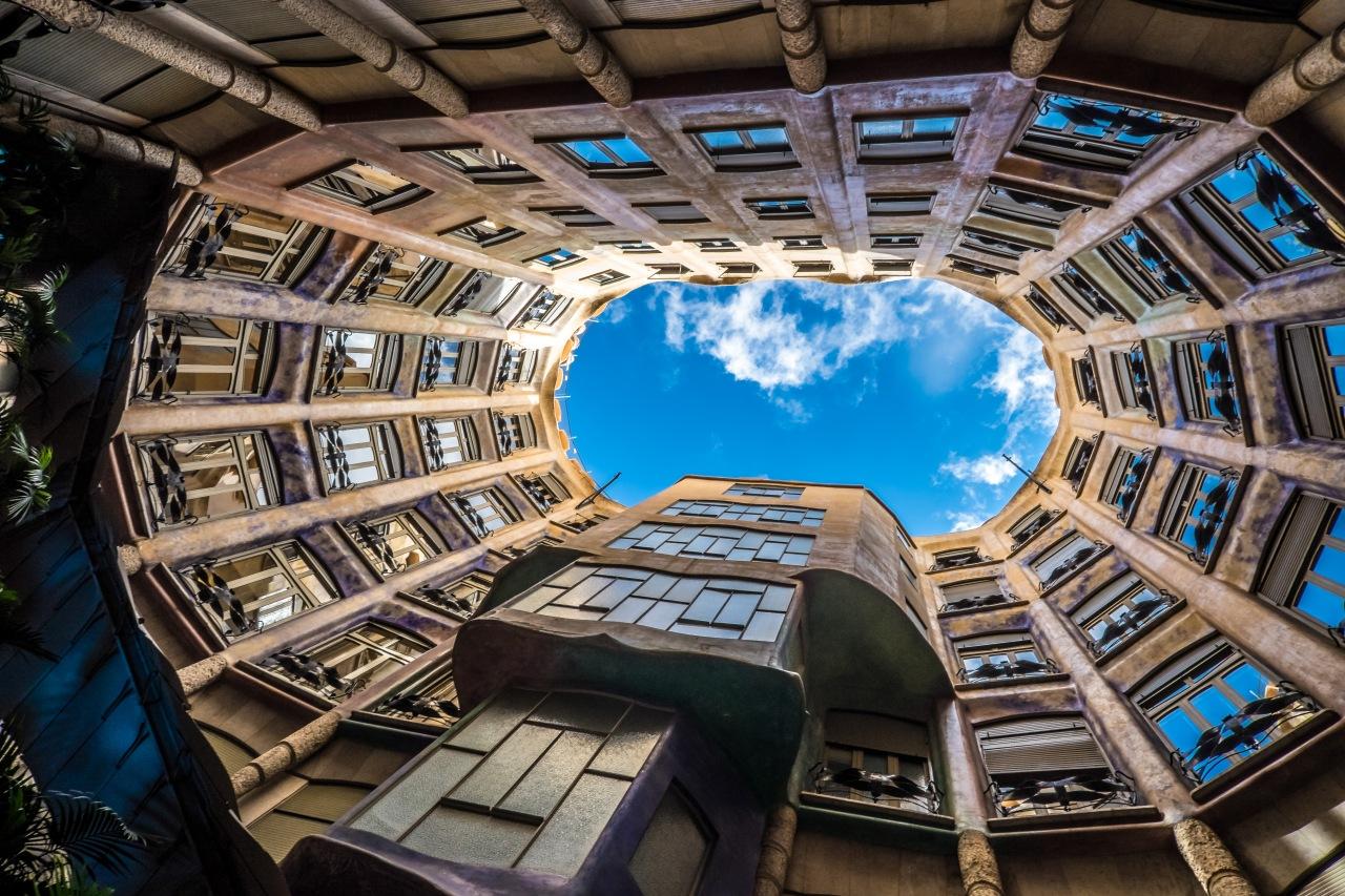 """La casa Milà de Barcelona, llamada popularmente """"LaPedrera"""""""