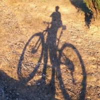 (Vídeo) Mi sombra y yo pedaleando juntos en la puesta de sol