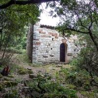 Ermita de Sant Miquel de Canyelles, oculta en plena vegetación.
