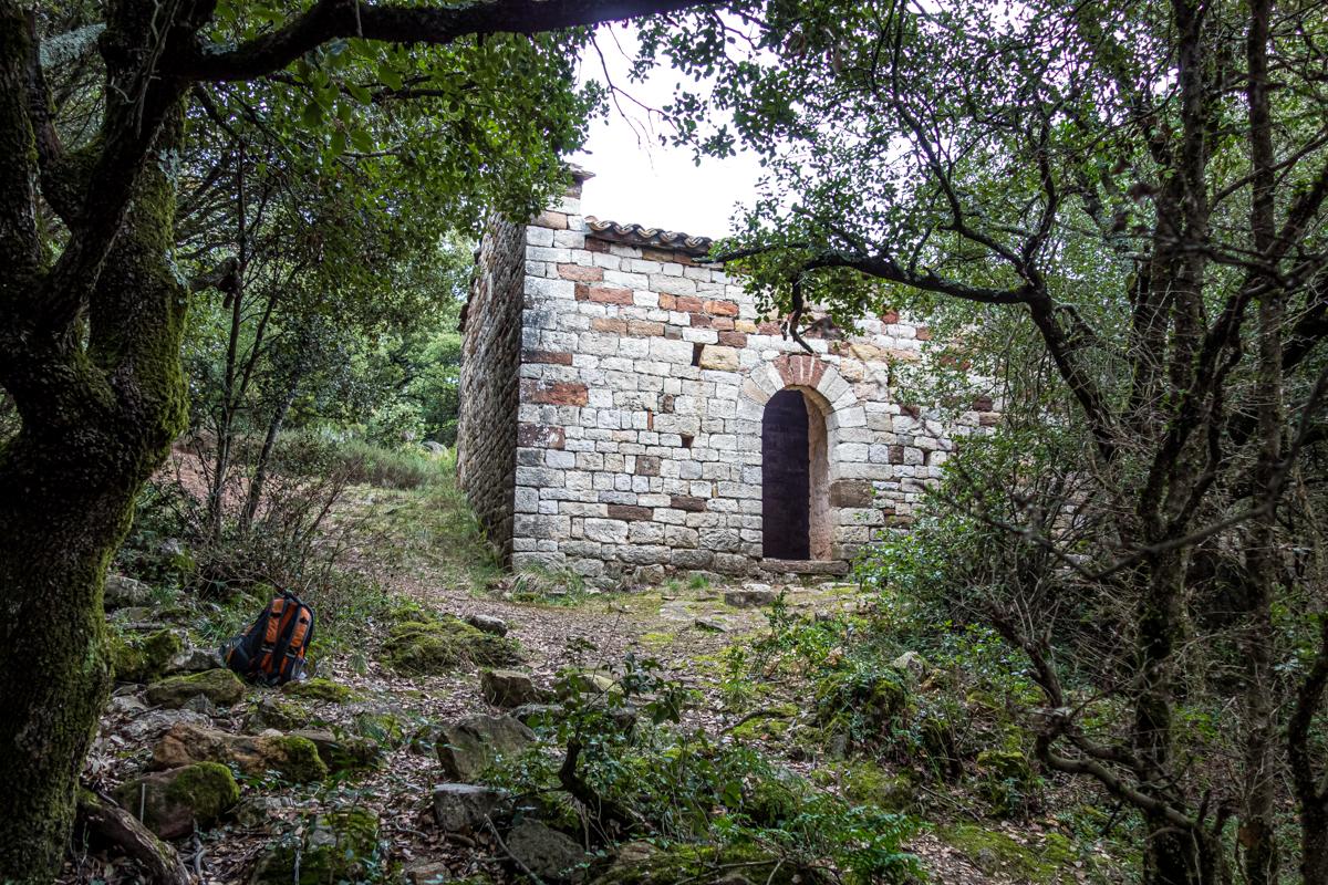Ermita de Sant Miquel de Canyelles, oculta en plenavegetación.